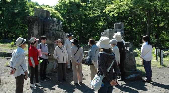 ガイドの説明を聞きながら橋野高炉跡に向かうバスツアー参加者