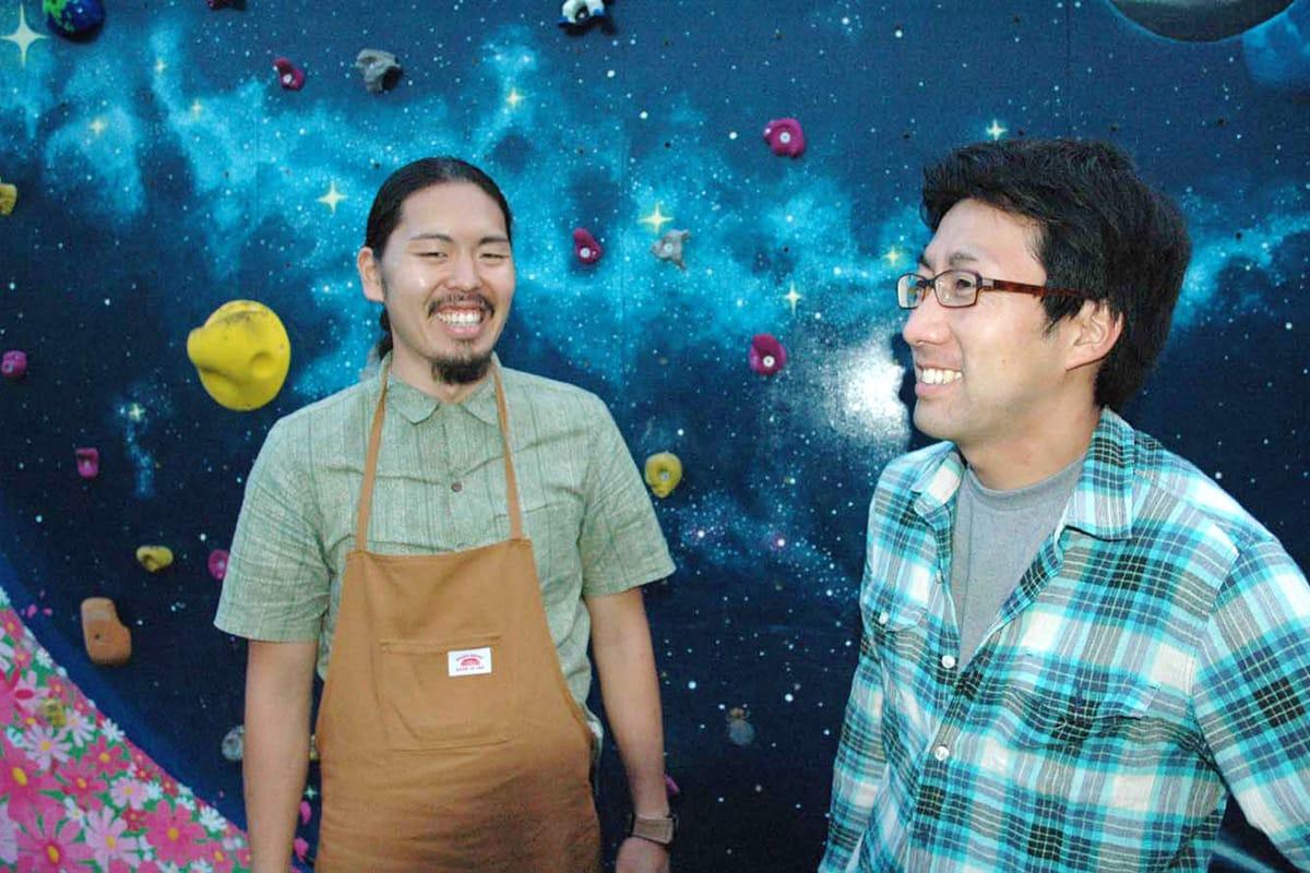 「銀河のウオール」の前で笑顔を見せる大谷剛志さん