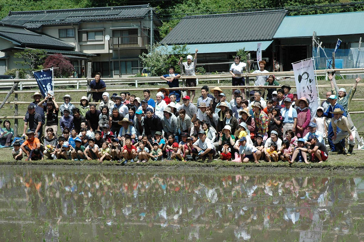 田植えの記念写真は塾参加者が最後に手にする酒のラベルになる