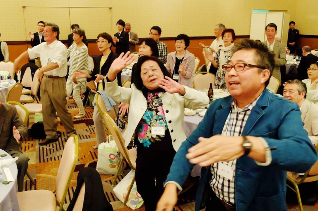にぎやかな「釜石小唄」に合わせて踊る、釜石はまゆり会の参加者。ふるさと釜石への思いがあふれた