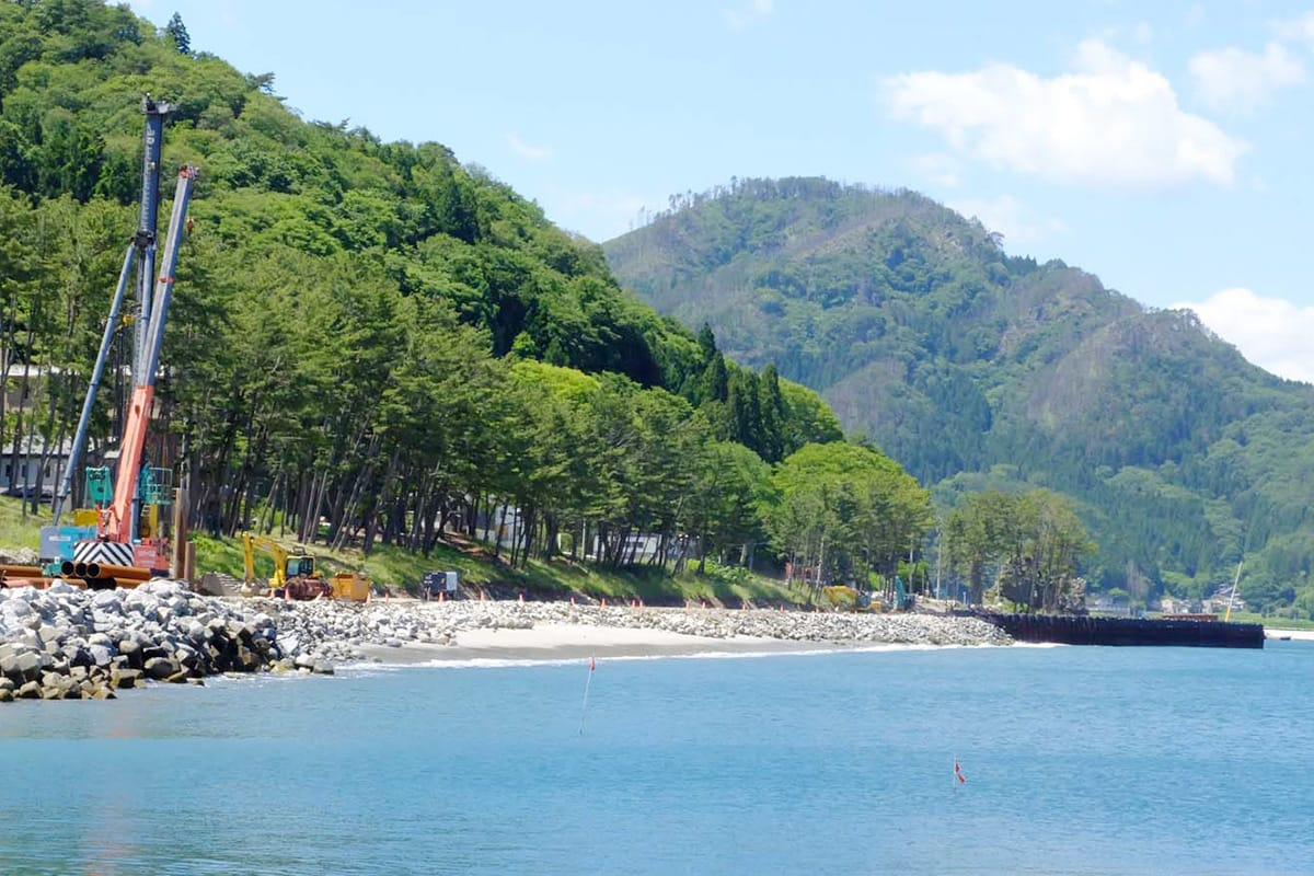 震災の津波で砂浜の大半が消失した根浜海岸