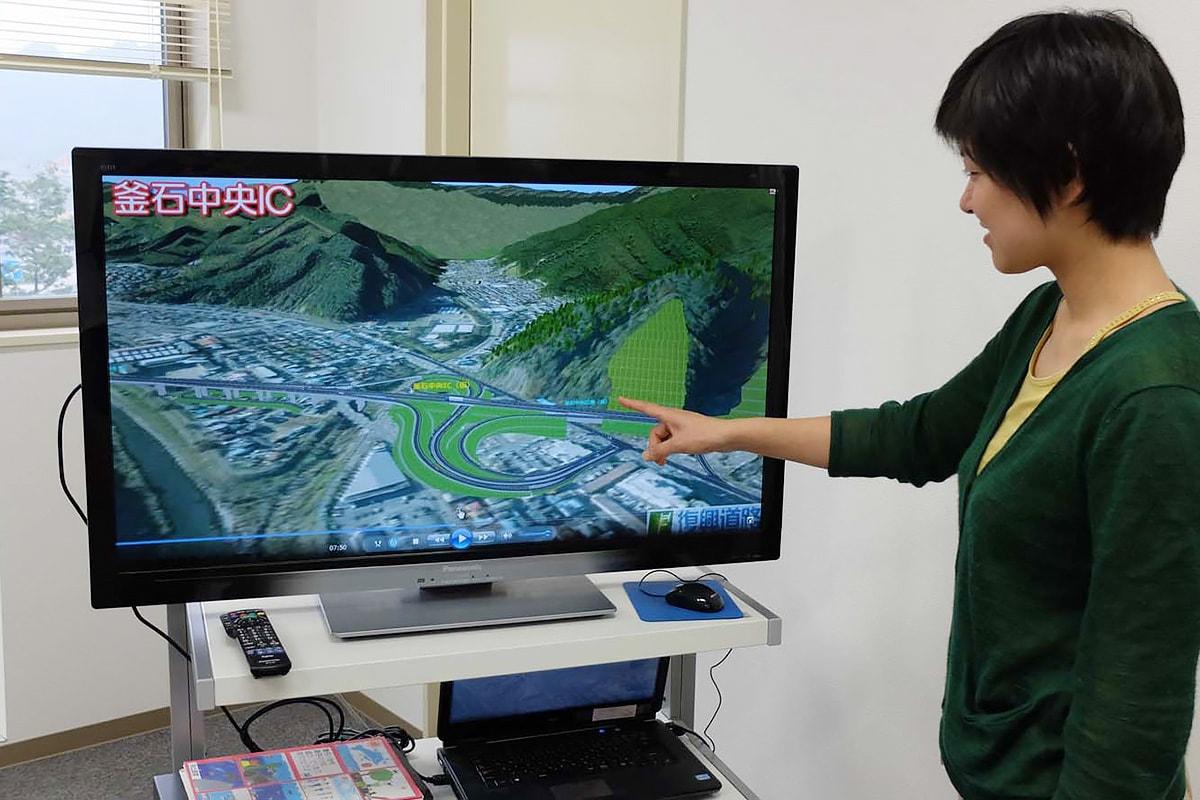 釜石市新町に整備を計画する釜石中央インターチェンジの完成予想図も動画で公開=南三陸国道事務所で