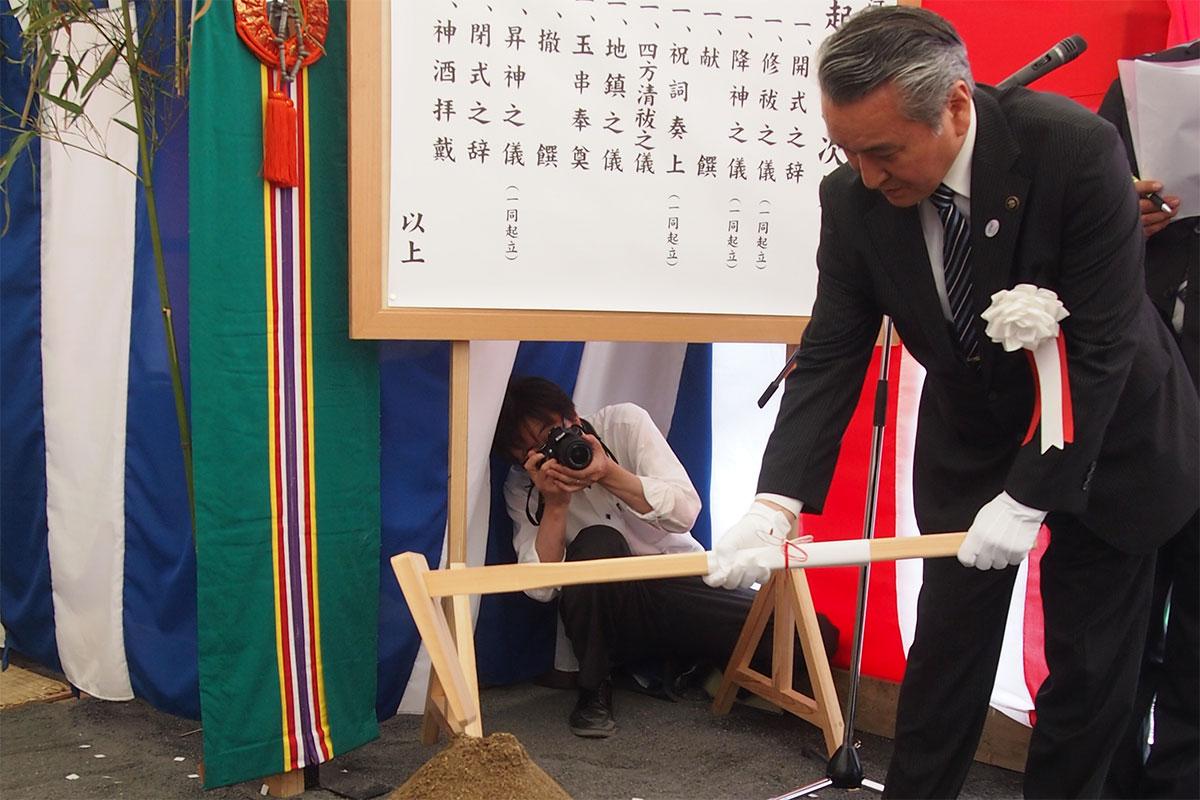水産業の新たな拠点となる施設の完成を待ち望み、神事でくわ入れして工事の安全を願う野田市長