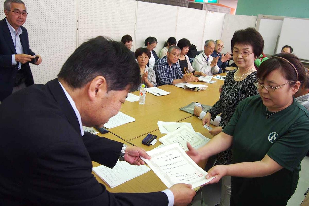 修了式で、釜石観光物産協会の澤田政男会長が修了生一人一人に修了証を手渡し