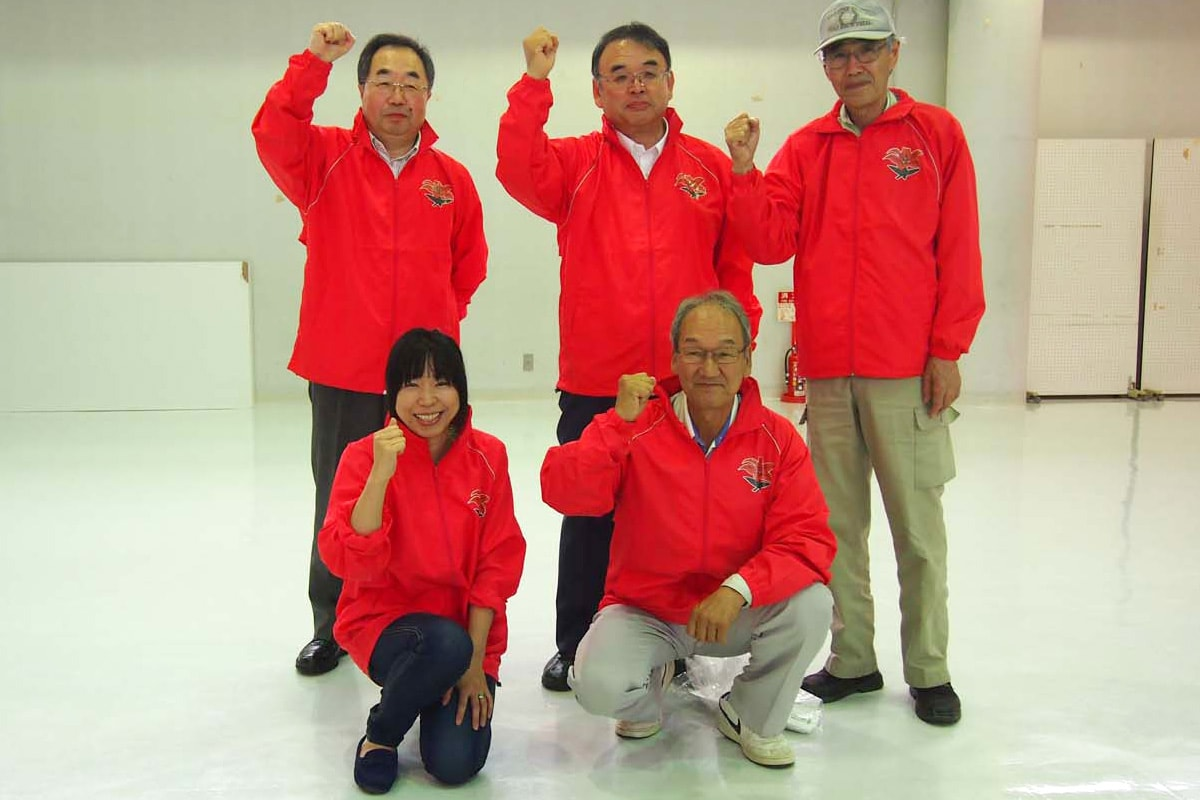 そろいのユニホームに袖を通し、意欲を新たにする新加入のメンバー