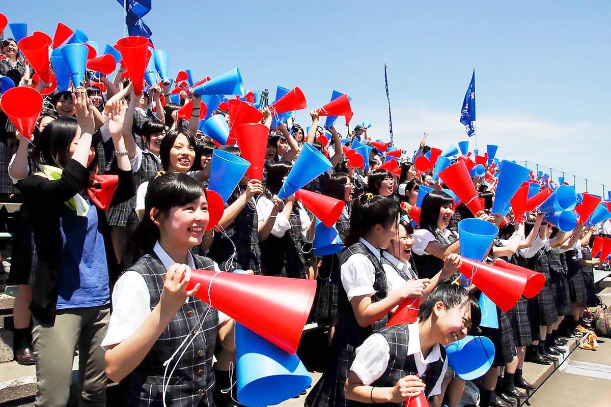 圧勝の初戦突破を喜ぶ釜石商工応援スタンド