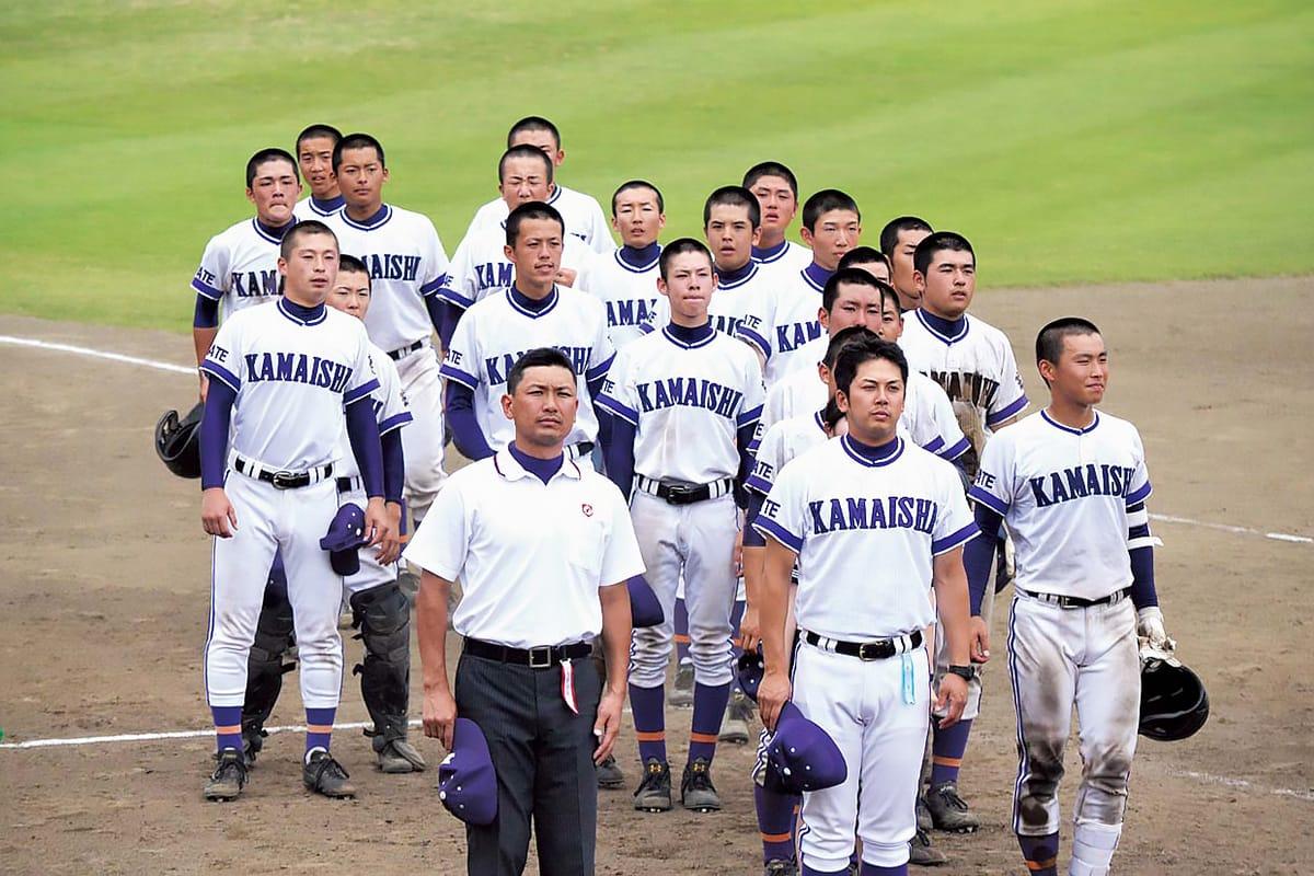 スタンドの応援団にあいさつする釜石高ナイン