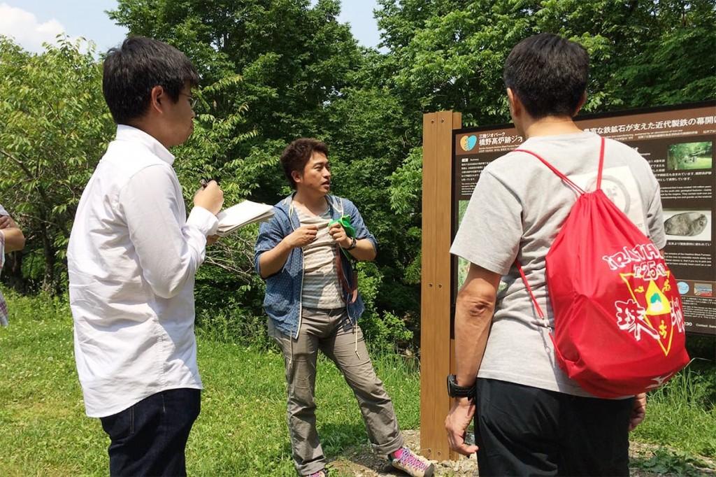 三陸ひとつなぎ自然学校の伊藤代表から高炉の説明