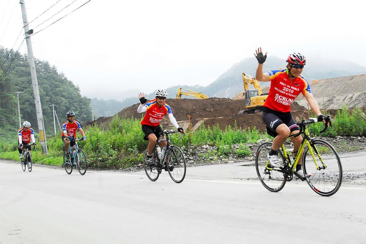 自転車で走り抜ける石山次郎代表ら