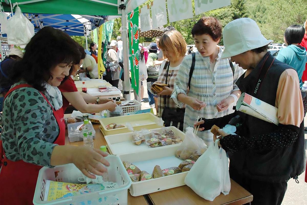 地場産の原材料を活用した菓子などを販売し人気を集めたご当地グルメコーナー