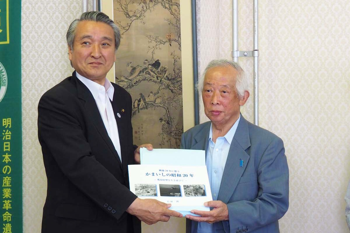 野田武則市長に手渡す岩切潤さん