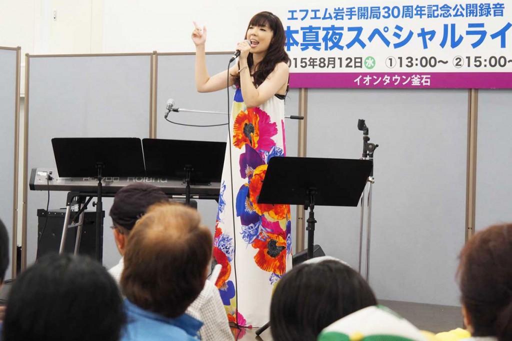 「応援する歌を歌い続けたい」と熱唱する岡本真夜さん