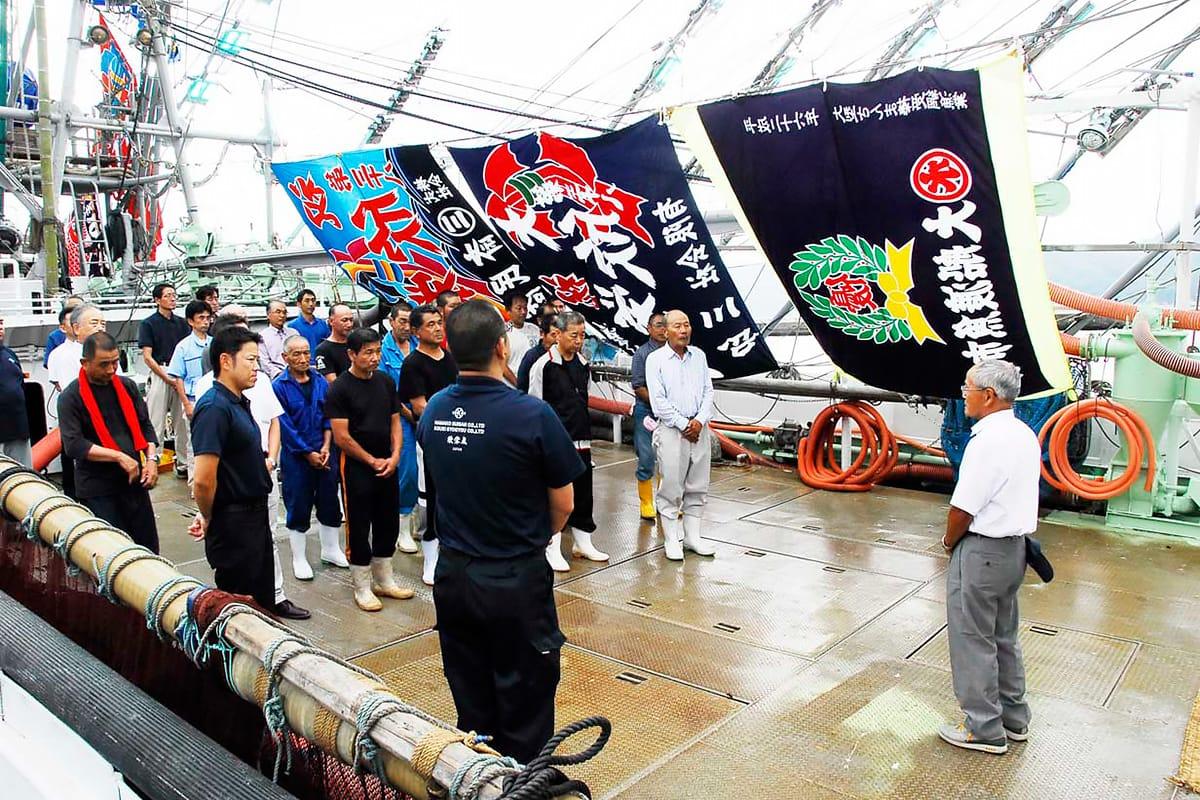 出港式であいさつする浜川社長(右)。30年ぶりにサンマ漁を再開する