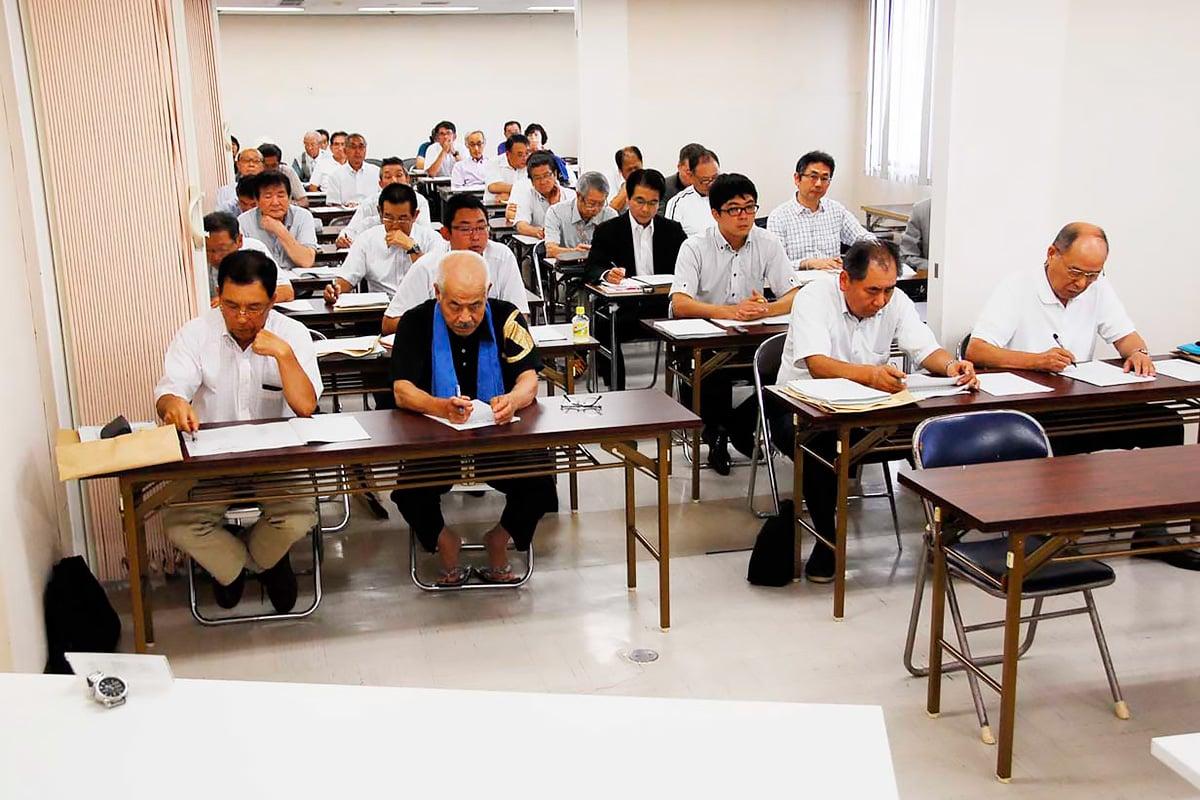 釜石市議選の立候補手続き説明会に出席した立候補予定者や代理人=15日、市保健福祉センター