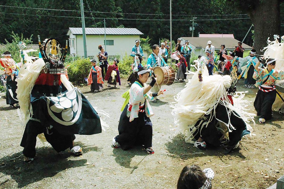 瀧澤神社境内で地域住民を前に舞う「橋野鹿踊り」