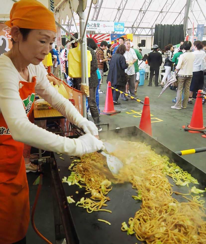 ご当地グルメを求めて訪れた人に、出来たてをおいしく食べてもらおうと腕を振るう「富士宮やきそば学会」のスタッフ