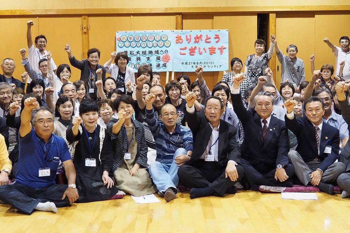 交流を深めた飛行船支援プロジェクトの関係者、釜石市民ら