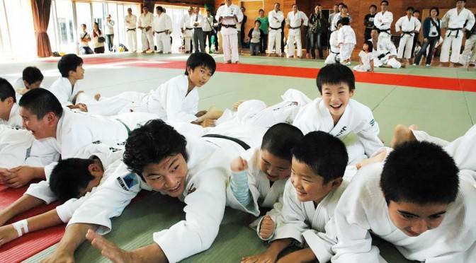 「釜石線ゲーム」を楽しむ子どもたちと西山将士さん