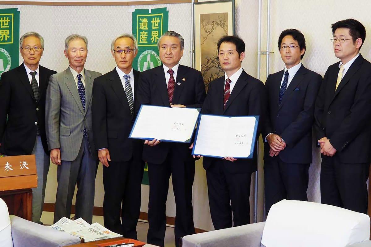 立地協定を結んだ西山社長(右から2人目)、野田市長ら