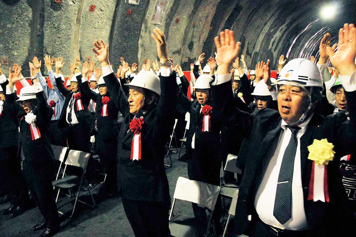 万歳三唱で室浜トンネルの貫通を祝う野田市長ら