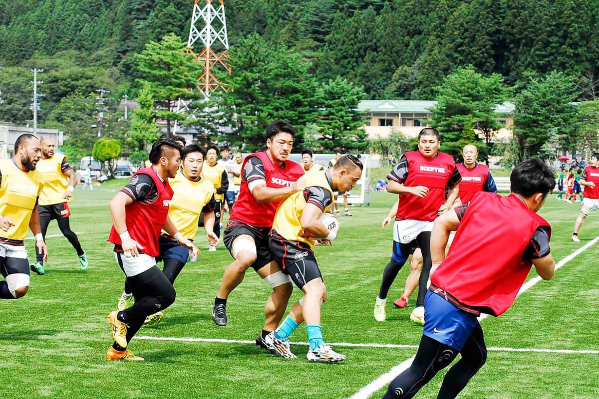 12日の開幕戦に向けて調整する釜石SW=5日、釜石市球技場