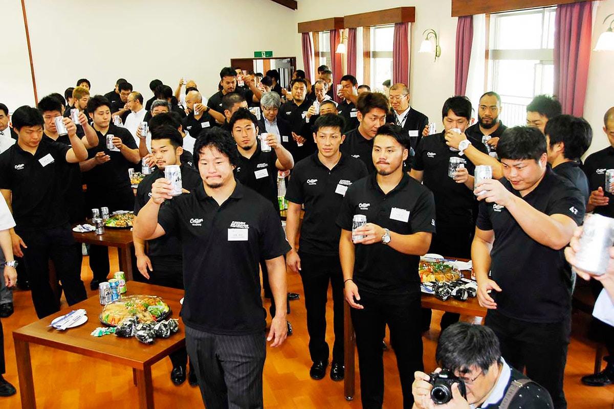 トップリーグ昇格へ乾杯で決意を新たにする釜石SWの選手ら