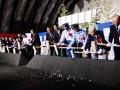 定内トンネルの安全祈願祭でくわ入れする野田市長ら