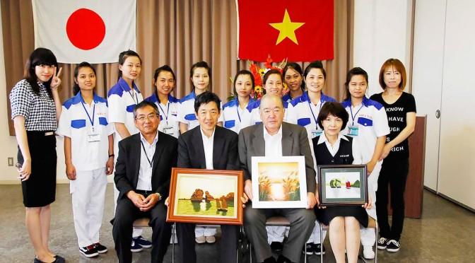 ベトナムから受け入れた水産加工技能実習生と記念写真