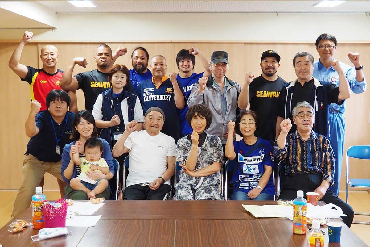 交流を深めた釜石シーウェイブスの選手、野田復興住宅の住民ら