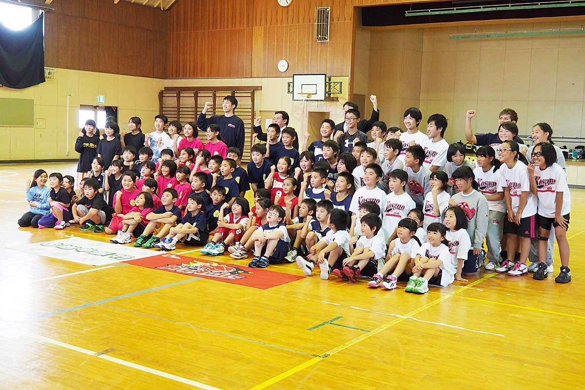 あこがれの選手を囲んで笑顔の参加児童