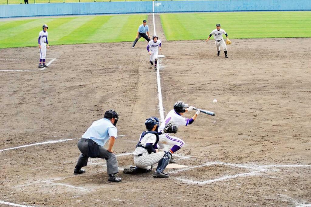 釜石—東北 九回表、釜石は1死一、三塁から石崎がスクイズを決め2—2の同点とする。三走は岩間