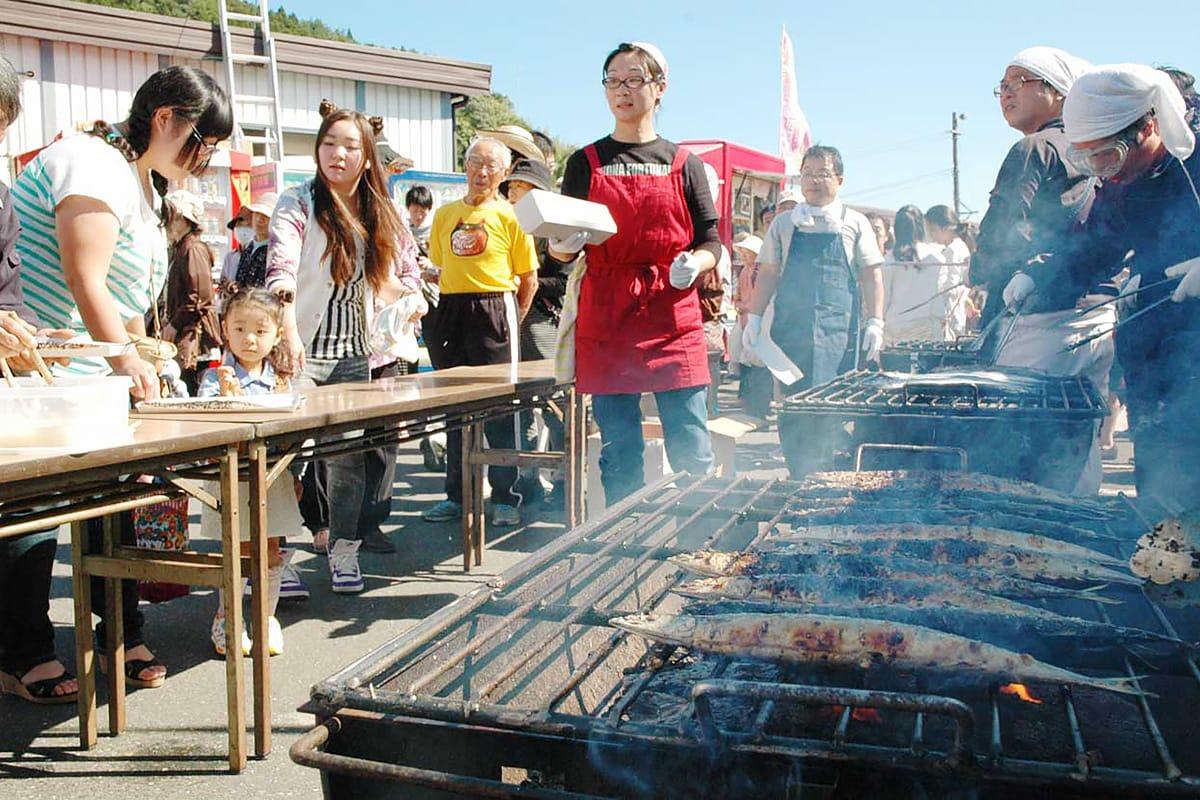 サンマの炭火焼きは今年も大人気
