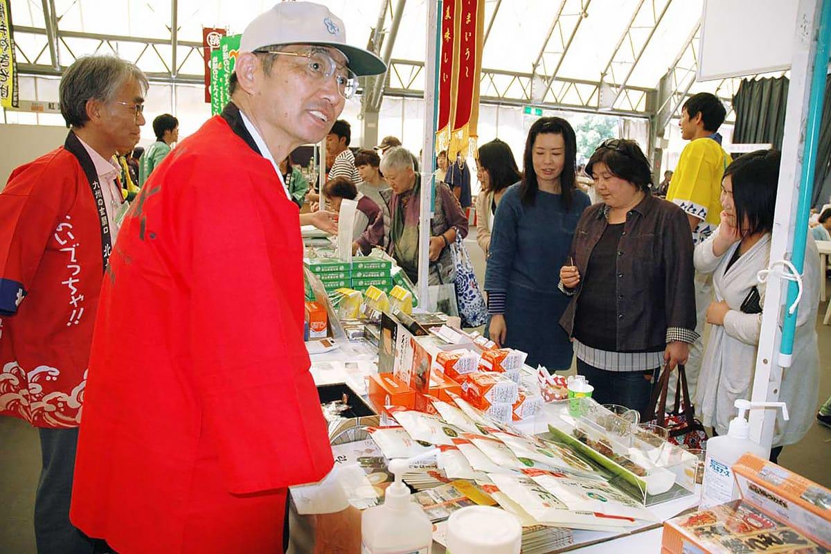 製鉄マンが愛した菓子をPRする北九州市の物産販売ブース