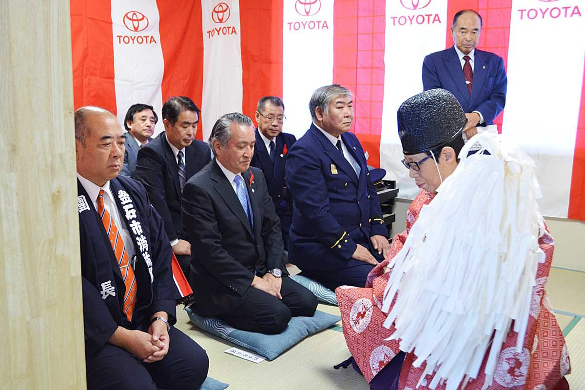 神事で屯所の完成を祝う野田武則市長ら関係者