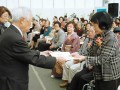 市芸術文化協会の岩切潤会長が表彰状を手渡した功労者表彰