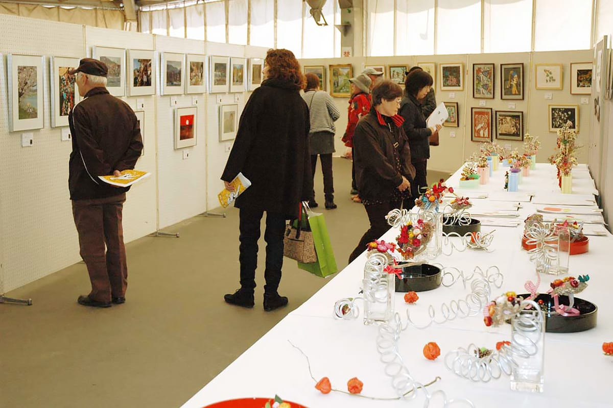 各団体が日ごろの活動の成果を披露した作品展示。来場者も興味津々