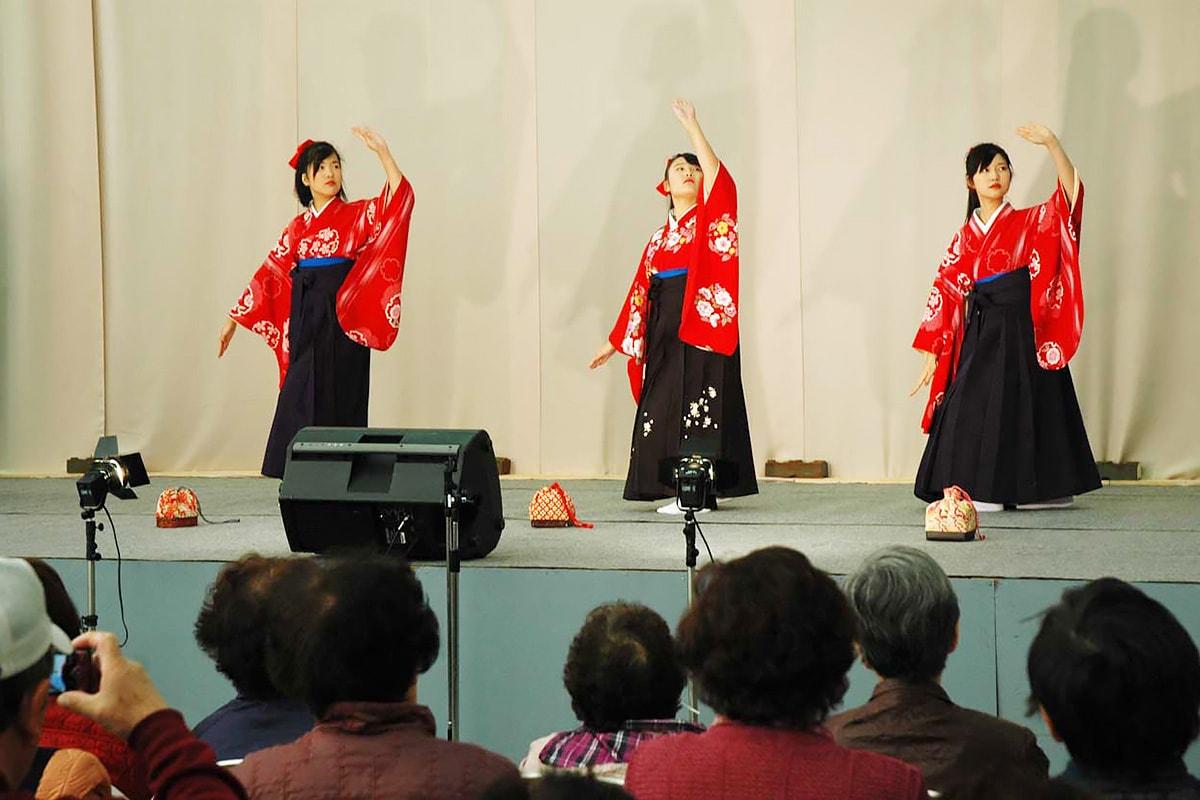芸文祭初参加の古川舞踊教室のステージ。中学生による舞「下町の太陽」