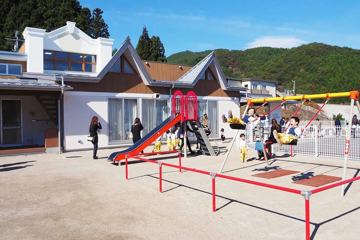 移転新築した平田幼稚園の園庭で遊ぶ子どもたち