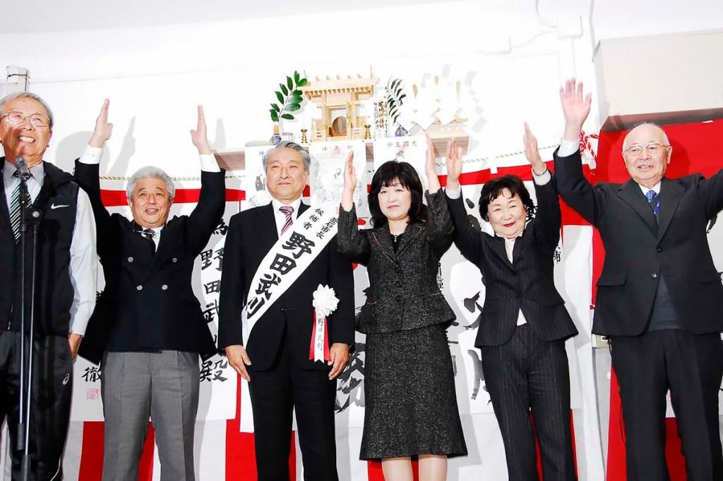 無投票で3選を果たし、支持者から万歳の声を受ける野田武則氏