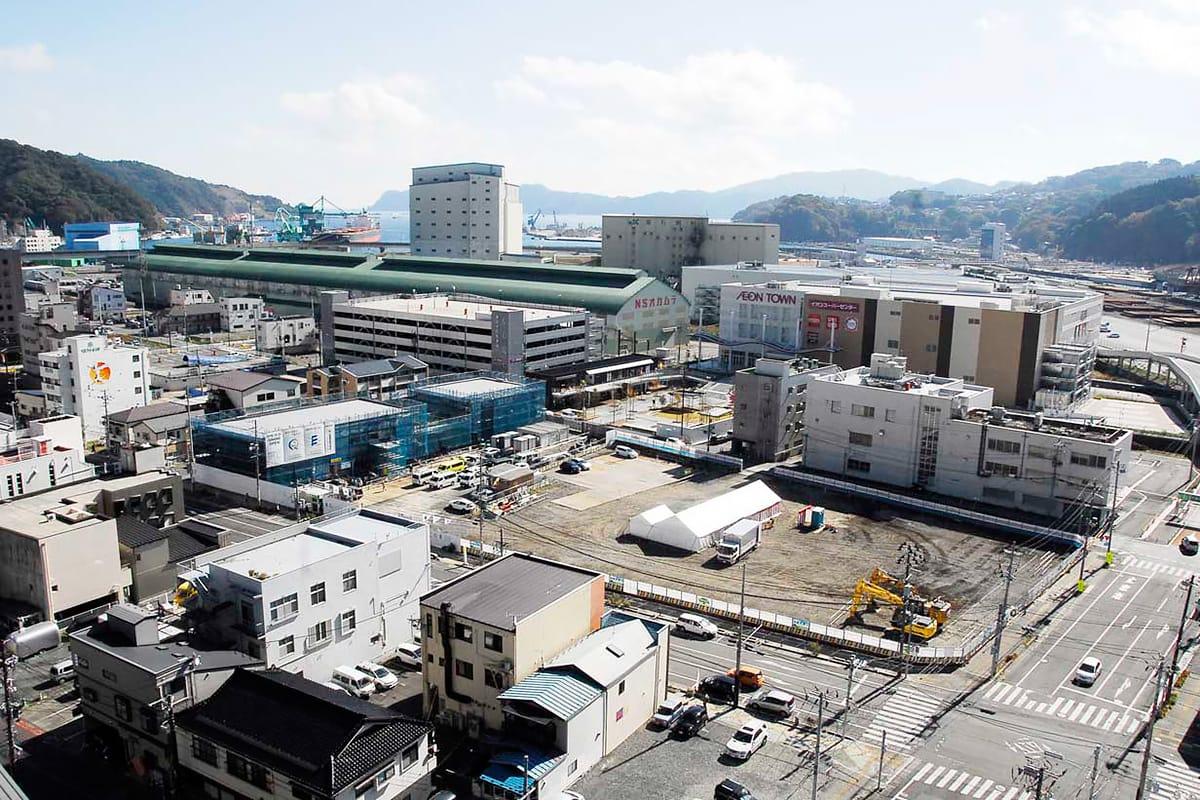 中央の更地部分が市民ホール建設地。東側には隣接して情報交流センターの整備が進む=釜石市大町