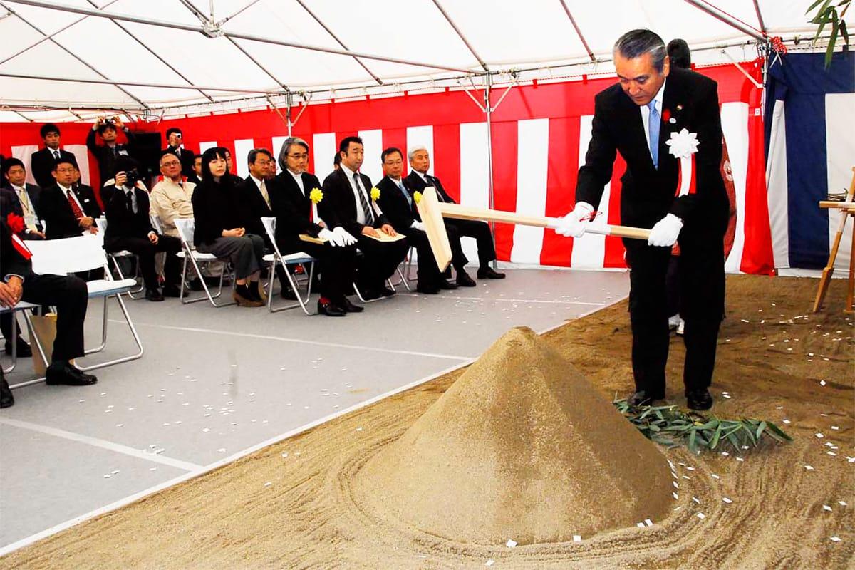 市民ホールの工事安全祈願祭で、くわ入れする野田市長