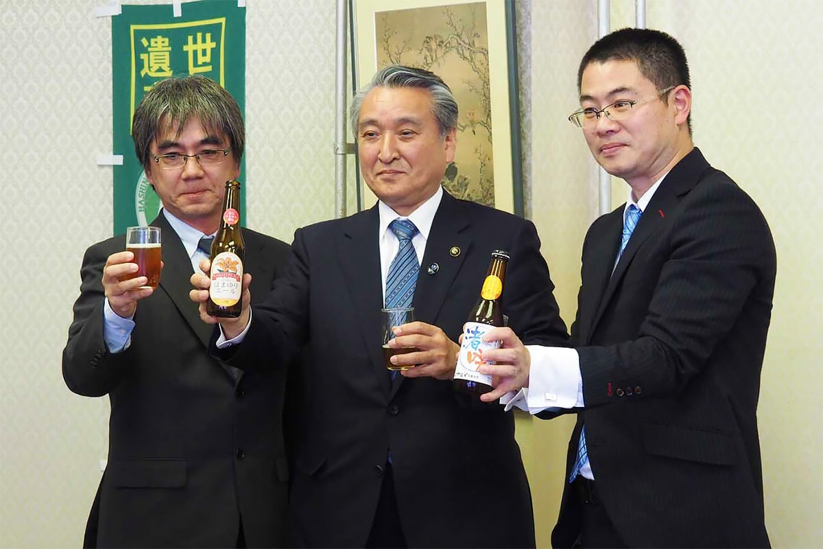 ビールをアピールする佐藤社長、野田市長、笠井部長(右から)
