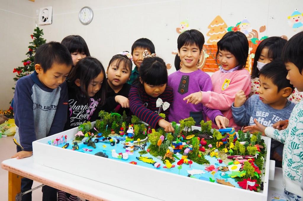緑あふれるにぎやかなジオラマが完成し、笑顔を見せる鵜住居幼稚園の園児たち