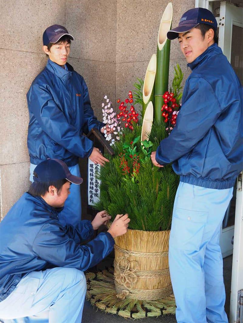 実習で製作した門松を釜石市役所に設置