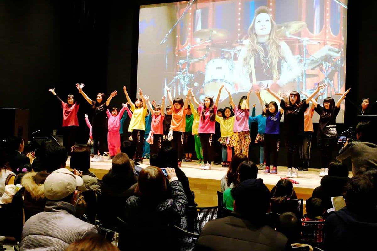 釜石PITの落成を記念し、ダンスを披露する「いがったんたら」の子どもたち