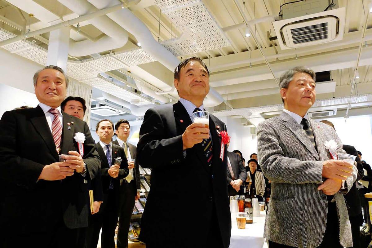釜石PITのオープンを祝うチームスマイルの矢内廣代表、遠藤利明五輪相、野田武則市長(右から)