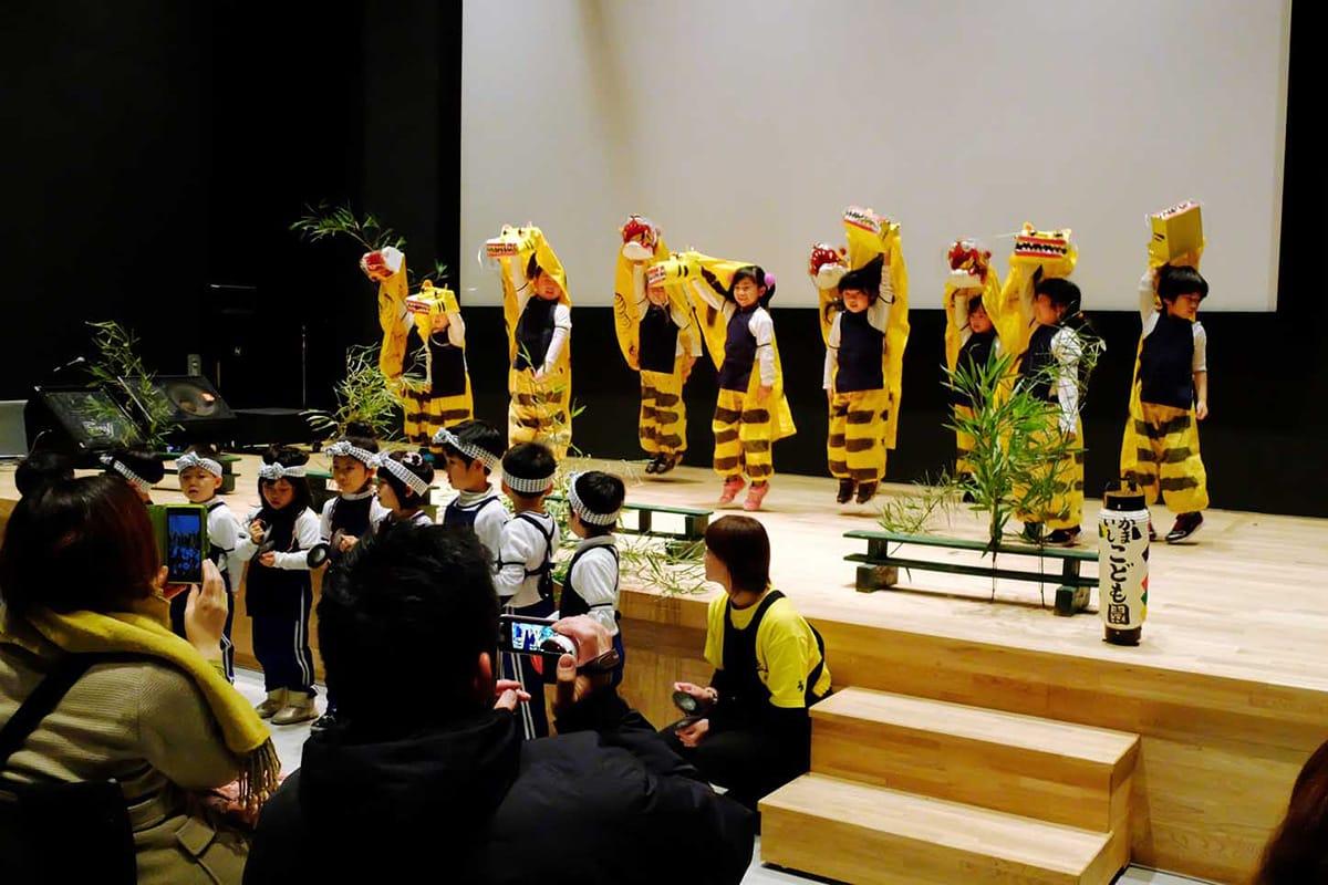 釜石PITのオープニングイベントは、かまいしこども園の園児らによる「虎舞」で開幕