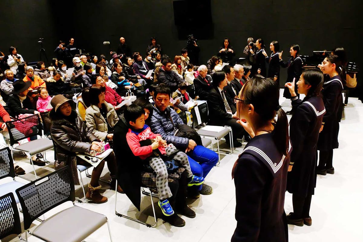 釜石高音楽部はステージから降り、客席の市民と声を合わせる