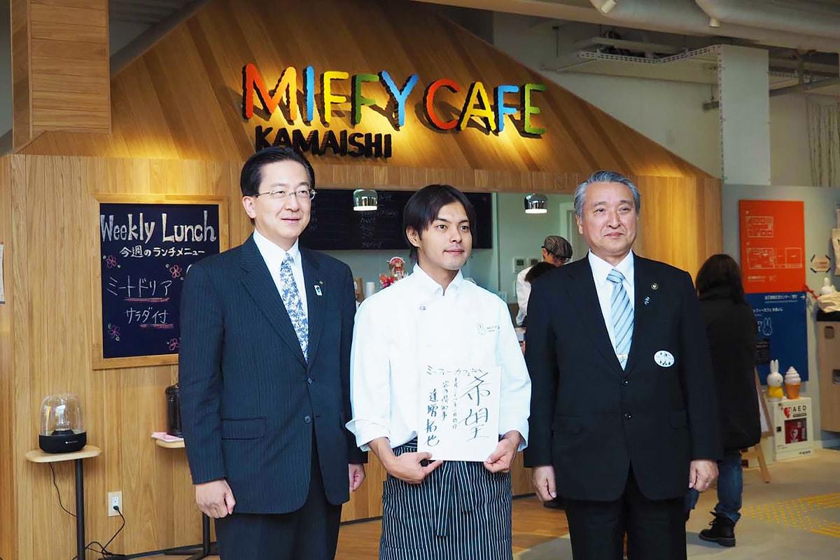 仕事始めで「釜石情報交流センター」を視察した達増拓也知事(左)