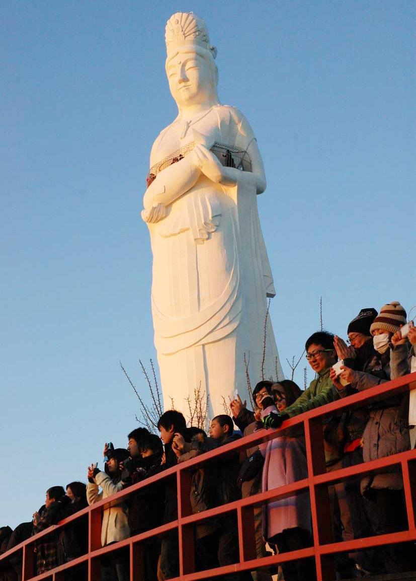 釜石大観音から望む初日の出。新年の希望の光が降り注ぐ